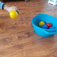 4.Rzucanie piłkami do celu