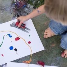 10. Malowanie farbami za pomocą zabawkowych autek