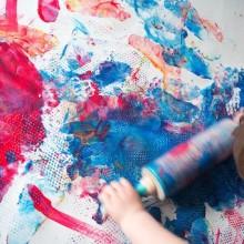 malowanie farbami po prześcieradle